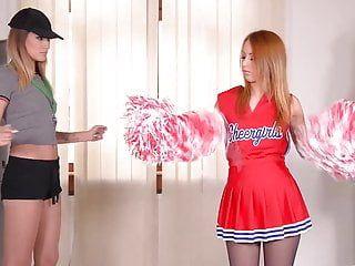 Cheerleader si lecca la punta del piede che inghiotte una festa di sesso con stasi