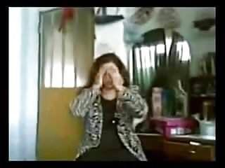 Vecchia signora voluminosa che sbatte un ragazzo giovane su una webcam nascosta
