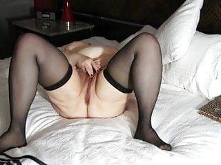 Velha senhora corpulenta se masturbando com força