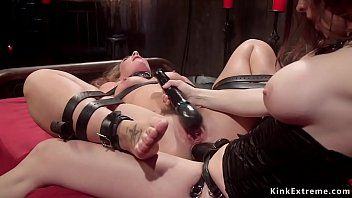 Belted lesbo squirter anale farcito
