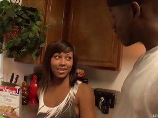 非洲裔女同性恋辣妹性爱工具撞每其他的