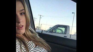 Hawt blonde Schönheit nebenan fingert sich in ihrem Auto