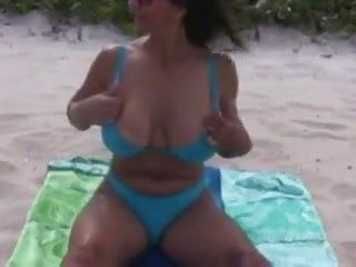 Brustige ältere Mutter mit herausragenden natürlichen Liebesmelonen kahl am Strand