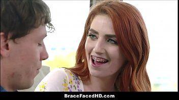 Die vollschwangere Teenager-Stiefschwester hat gerade frische Zahnspangen bekommen