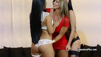 Breathtaking latin gal esperanza gomez enjoys sapphic three-some act