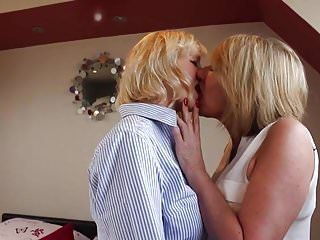 Older mommys eat every others cum-hole in lesbo sex