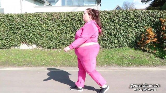 Imbarazzante forma fisica in sovrappeso in pubblico